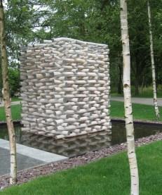 0702 Kunst Holzstämme